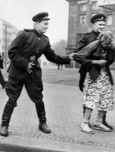 soviet_soldiers_berlin_rape